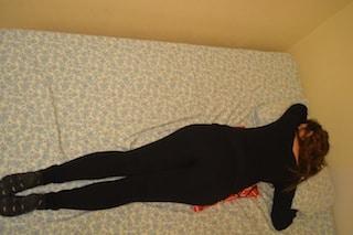 Stellung-Bett-Bauchlage-Nacht-Schmerzen-Schmerz-Rücken-Entzündung-Matratze-schlafen