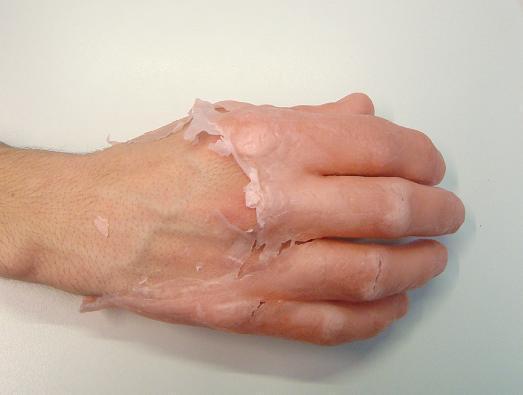 La purificazione di una faccia imballa il miele e il sale