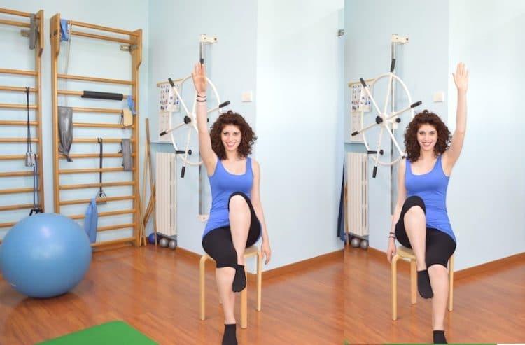 gleichzeitig den rechten Arm und das linke Bein anheben