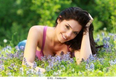 junge Frau,hübsch,brünett,Wiese,Blumen