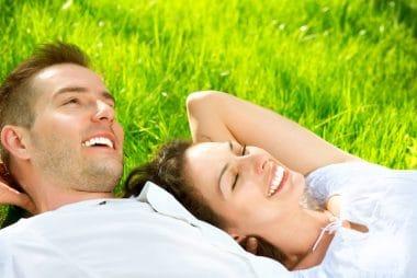 junges Paar,Lächeln,Wiese